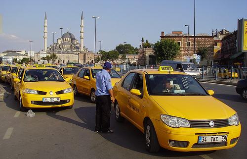 Charakterystyczne żółte taksówki.