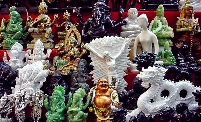 Ekumenizm bez granic. Na straganach, tuż pod świątynią na Doi Suthep w Chiang Mai, sprzedaje się każdy święty wizerunek.